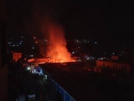 عاجل.. اندلاع حريق هائل بسوق القات بالمعلا(صورة)