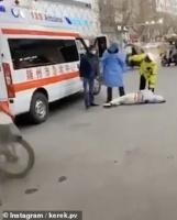 بـ(الفيديو).. مشاهد مخيفة لضحايا القاتل كورونا في شوارع الصين