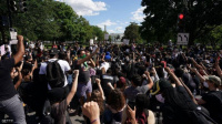 الغضب يجتاح أميركا.. طوارئ وحظر تجول وآلاف أمام البيت الأبيض