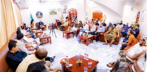 الرئيس الزُبيدي: يجب التوصل إلى حلول عملية تساعد على استقرار سعر العملة